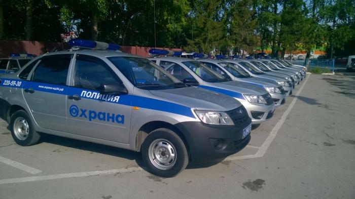 Автомобилисотрудников вневедомственной охраны Росгвардии возле детского сада № 388 в Калининском районе