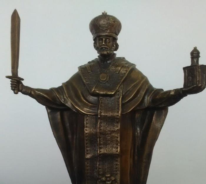 В руках Николай Чудотворец держит меч и часовню на Красном проспекте
