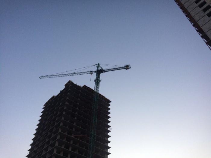 10 строителей забрались на кран, чтобы потребовать зарплату