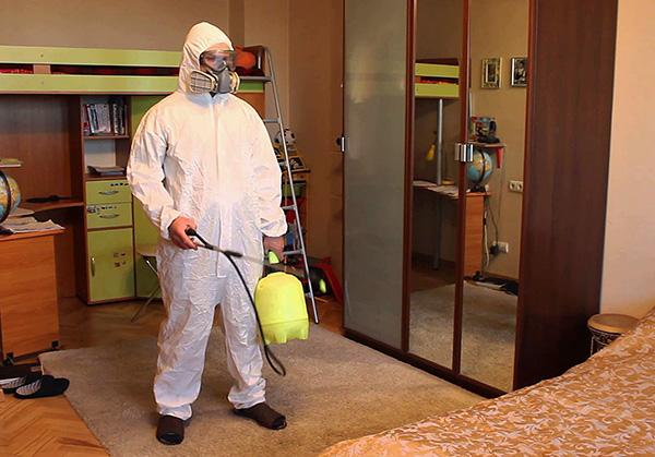 К выбору службы дезинсекции нужно подходить внимательно (и не путать уничтожение тараканов с дезинфекцией)...